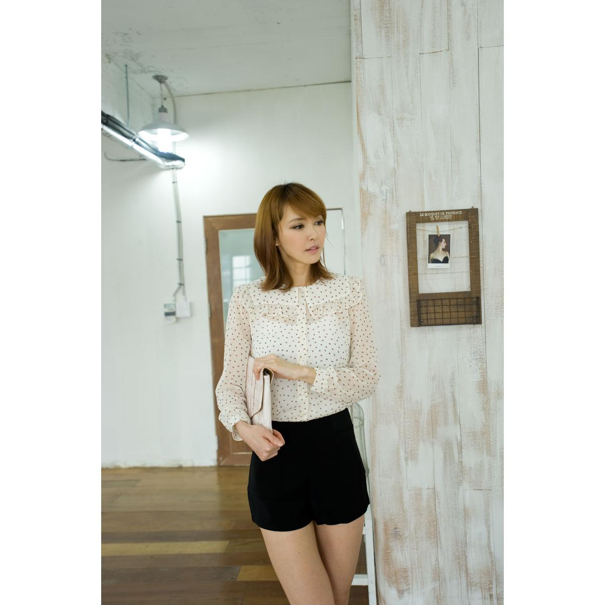 harga SQUARE COLLAR VINTAGE CHIFFON BLOUSE To accentuate your long, lean torso, match the blouse with a form-fitting knit. elevenia.co.id